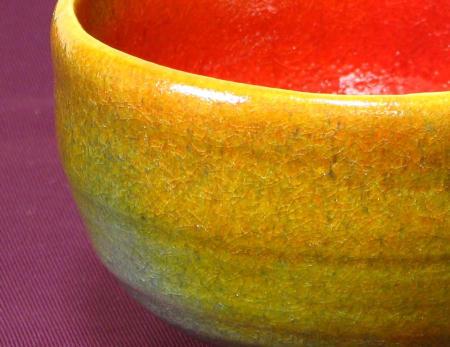 一種類の釉薬で多彩な色に変化する抹茶茶碗