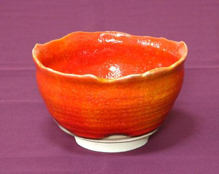 花のように咲く赤い抹茶茶碗