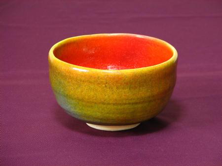 高温焼成した鮮やかな赤色の稀少な抹茶茶碗