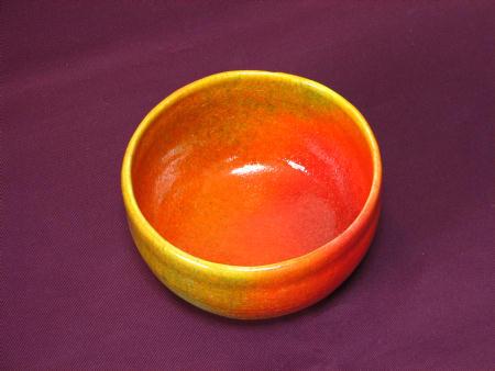 見込みに鮮やかな赤で彩られた抹茶茶碗