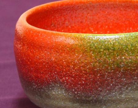 赤が緑に窯変する不思議な抹茶茶碗-胴肌