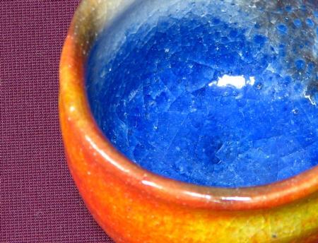 青い泉の映る赤いぐい呑みの見込