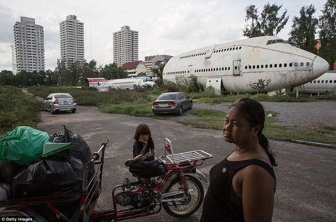 【画像】旅客機の中で生活する家族が話題に