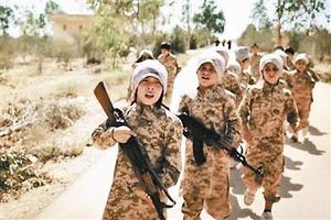 【イスラム国】動画投稿 10歳前後とみられる「IS少年兵が人質6人を処刑」