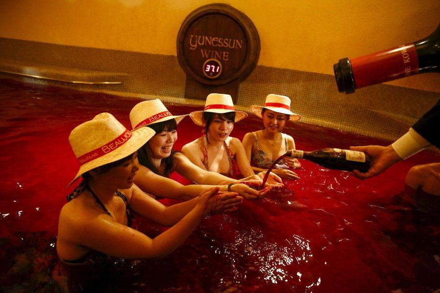 【解禁】 箱根で「美女たち」がボジョレー風呂を堪能!画像で美女とボジョレーを嗜もう!