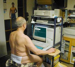 図書館にデスクトップPC持ち込むやつwwwwwwwwww