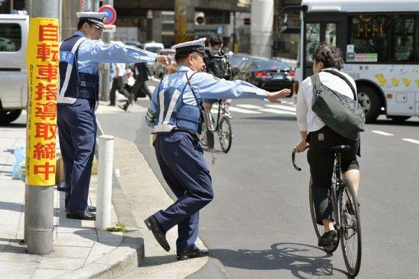 【故意】車両を運行している自覚のないチャリンカスを書類送。自転車で衝突された警察官は意識不明! ネット民「殺人未遂だろ」