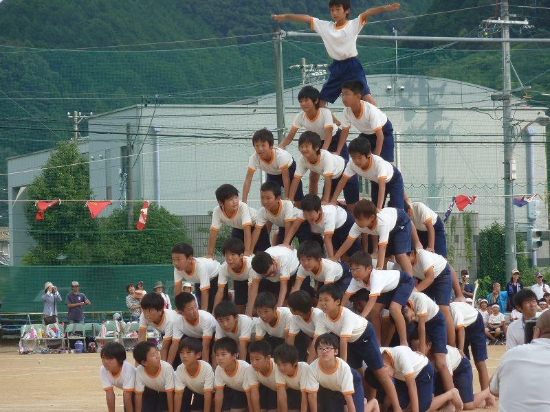 【危険極まりない】 組体操で10段ピラミッドが崩れ6人が重軽傷 【現代の悪習】