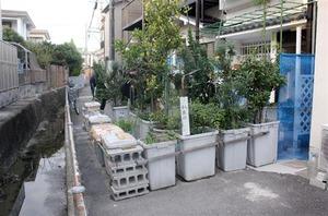 【アカン】私道を「植木鉢バリケード」で封鎖!大阪・堺市の77歳夫婦を逮捕
