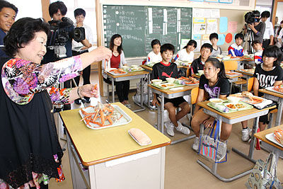 【地産地消教育いいなあ】 恒例ベニズワイガニ給食 「甘くておいしい」丸ごと一匹、旬の味 富山