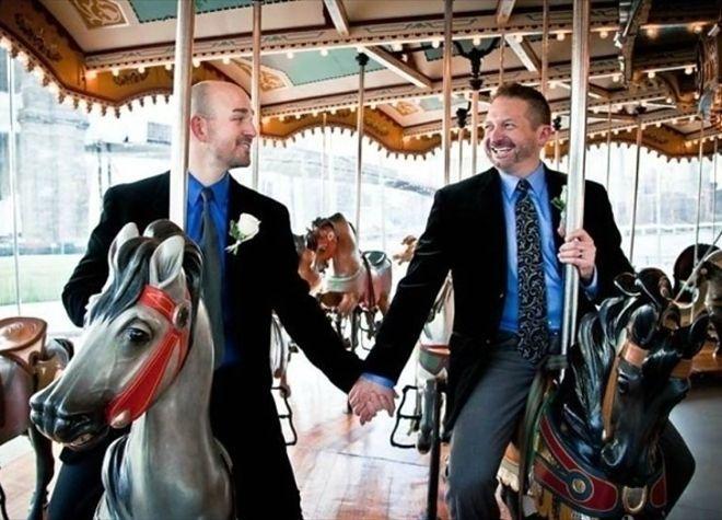 【画像】地下鉄でホモカップルがいきなりプロポーズし始めてワロタwww