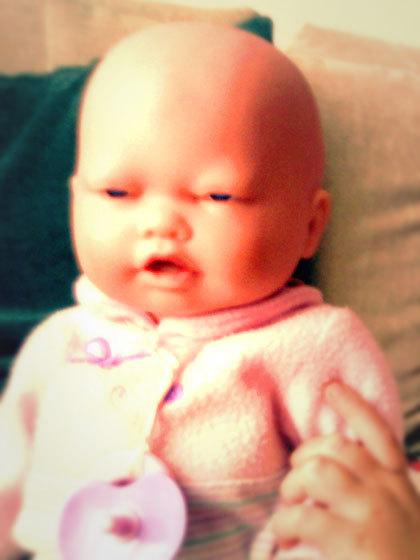 警察「やべぇ、車の中に死にかけの赤ん坊が!窓ぶっ壊して助けるわ」→ ただの人形だと判明