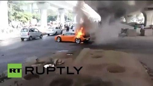 路上でランボルギーニ・ガヤルドが炎上し騒然 4800万円の高級スポーツカーが見るも無残な姿に