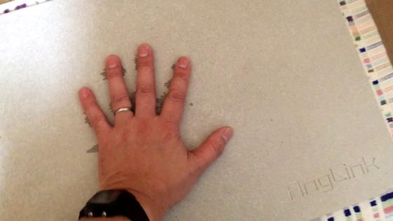 珪藻土バスマットに濡れた手を載せる