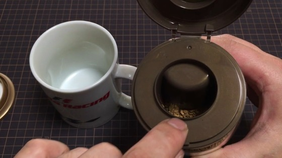 ダイソー:インスタントコーヒーキャップ (コーヒーが計量される)
