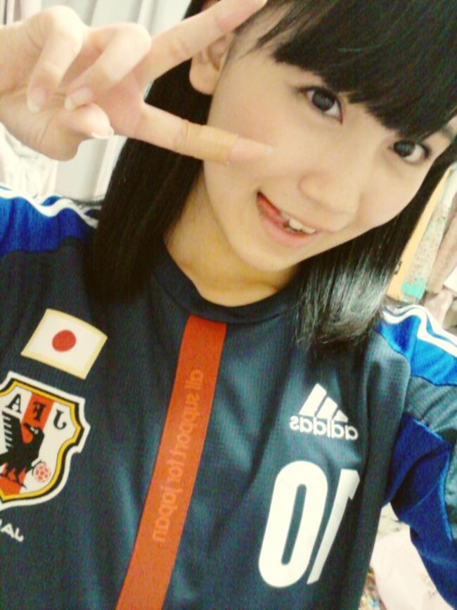 サッカーのユニフォームを着る小嶋真子