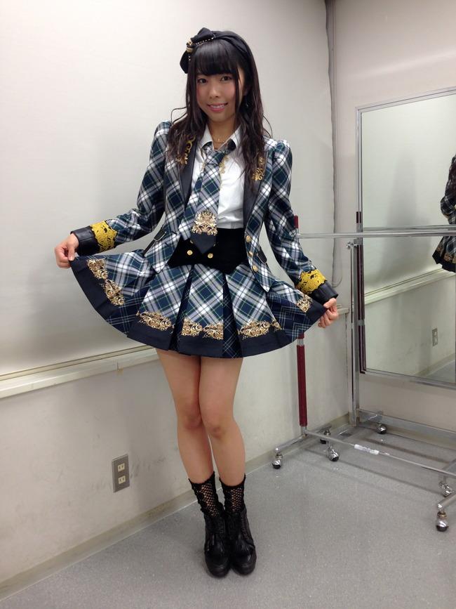 スカートを広げる中村麻里子