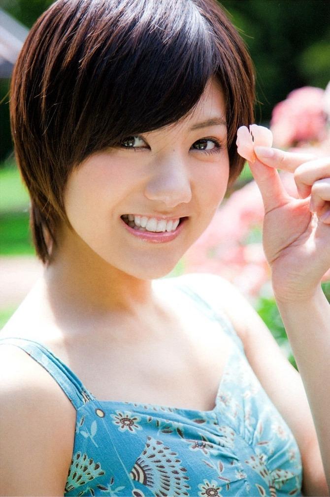 水色の洋服で花びらを持ち微笑むAKB48時代の宮澤佐江
