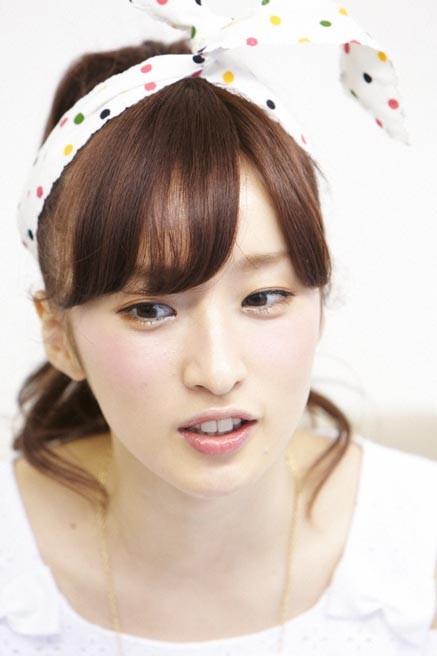 何気ない表情の梅田彩佳ちゃん