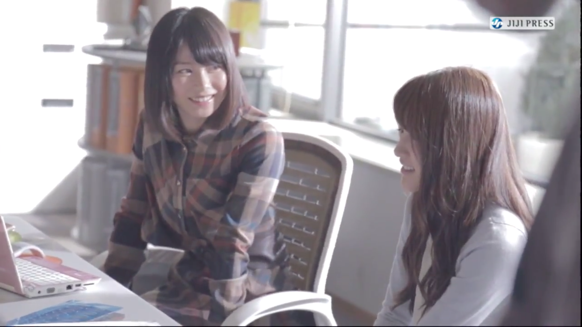 グランドワンダCMのメンバーと横山由依さん