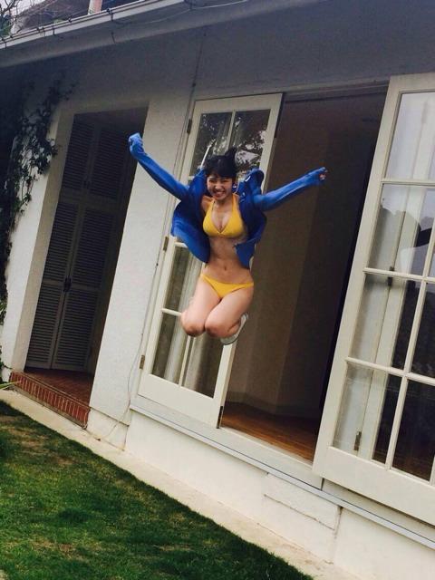 水着でジャンプしている村山彩希の画像