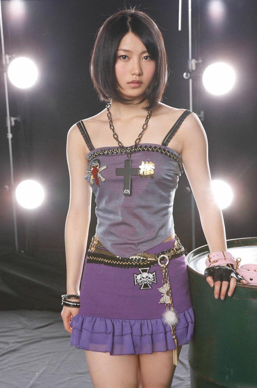 ミニスカート姿の横山由依さん