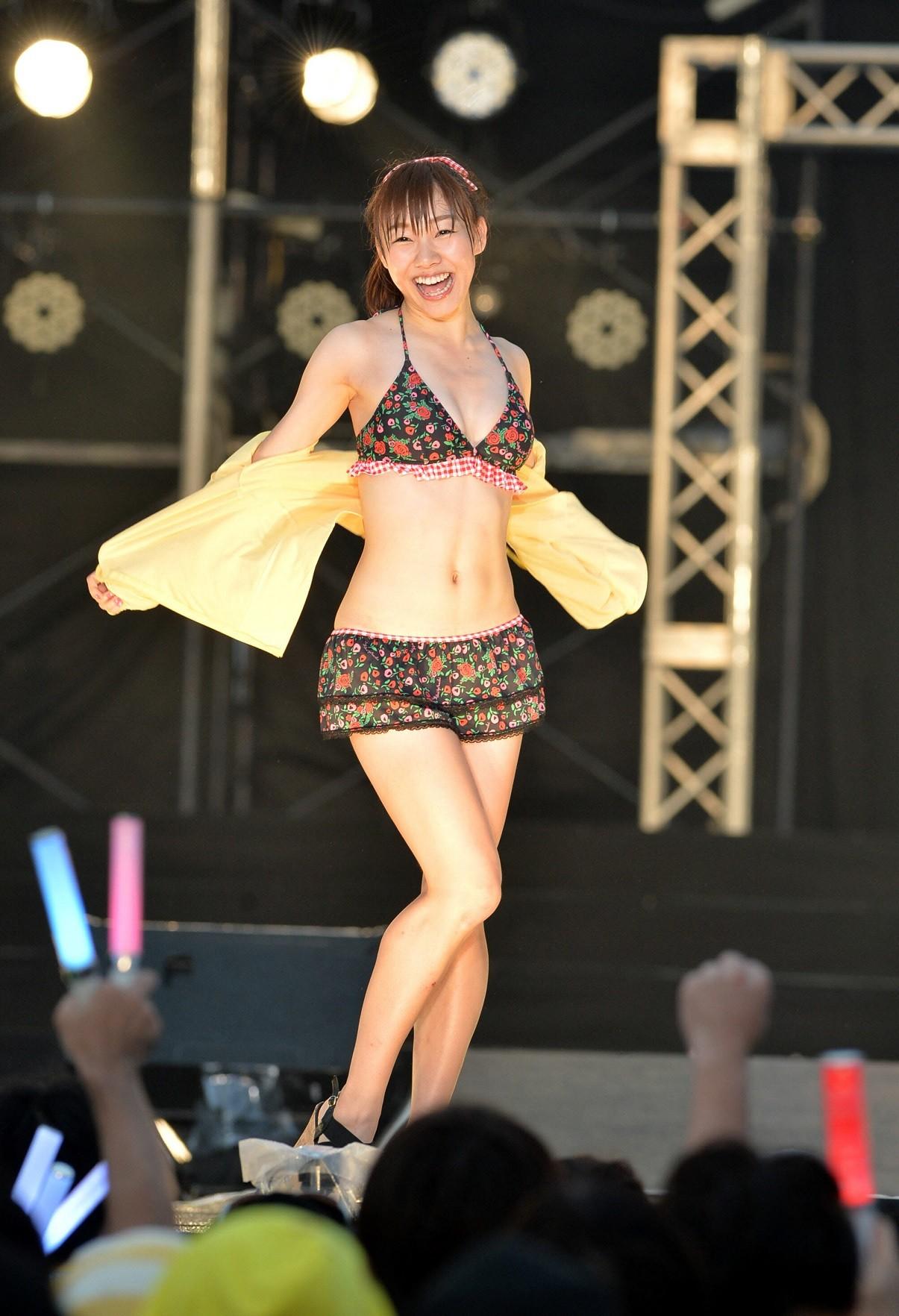 須田亜香里ステージでかわいい水着姿披露の画像