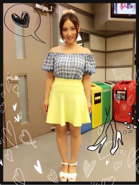 黄色のミニスカートの紗綾の私服の画像