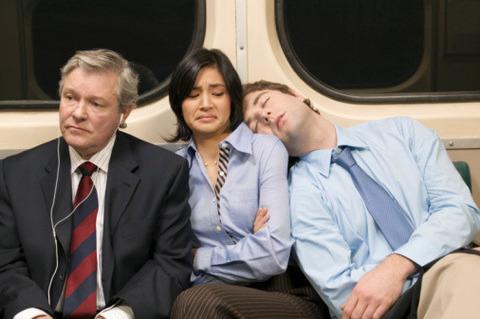 【悲報】Twitter女「電車で隣のおじさんが頭肩に載せてくるので写真撮りました(パシャ」(※画像あり)