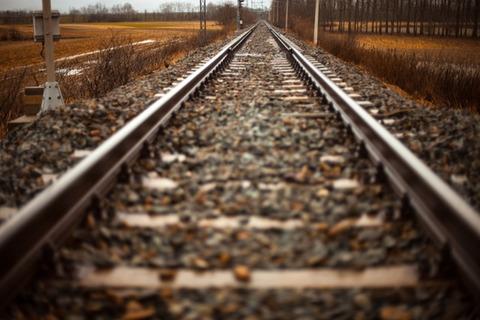 rails-train-path-straight