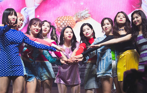 Twice_in_a_showcase_on_April_9,_2018_(2)