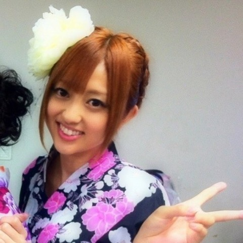 紫色の浴衣を着ている菊地亜美