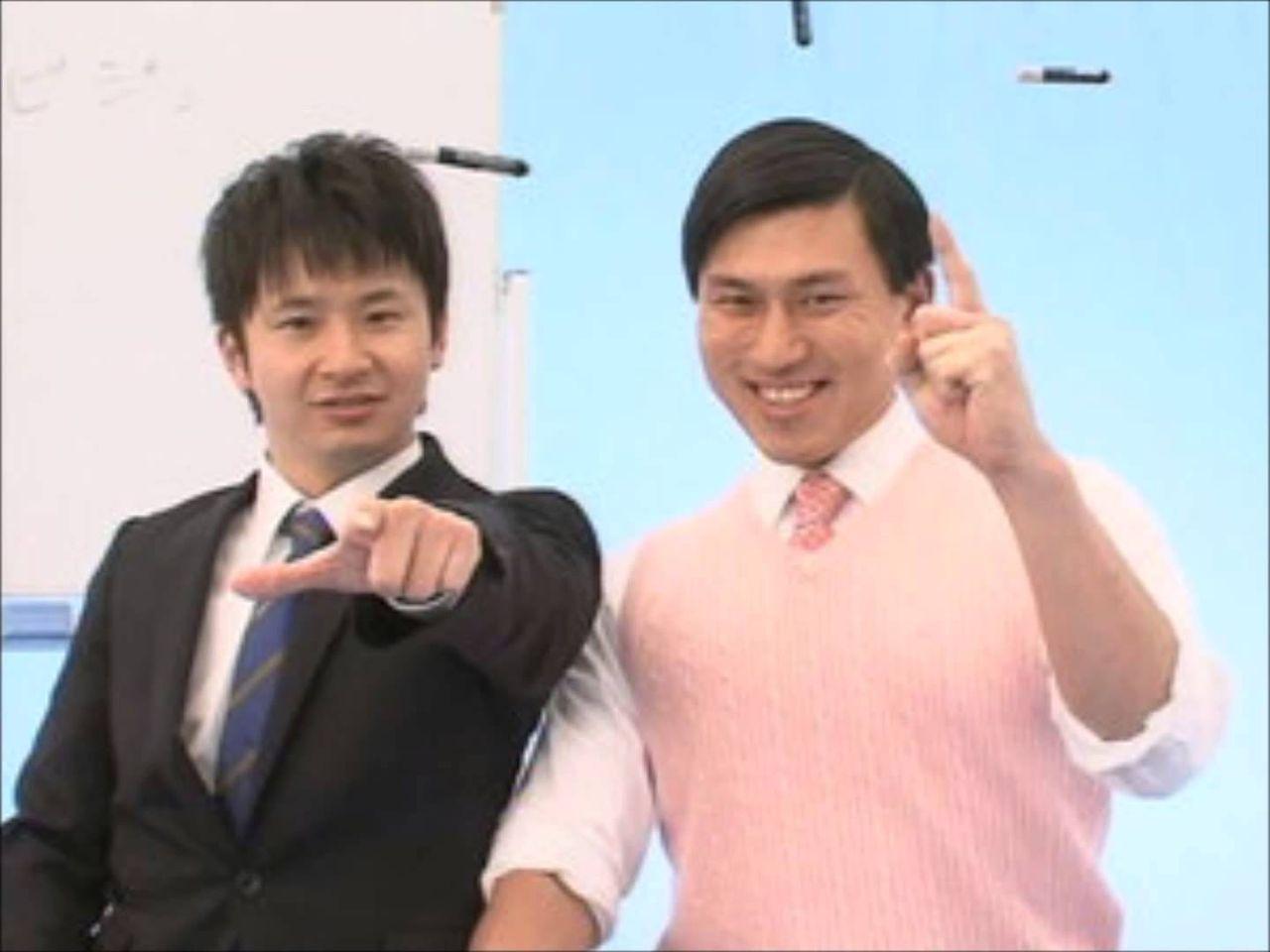 カメラにむかって指をさしている若林とトゥース!をする春日のお笑いコンビ「オードリー」の画像