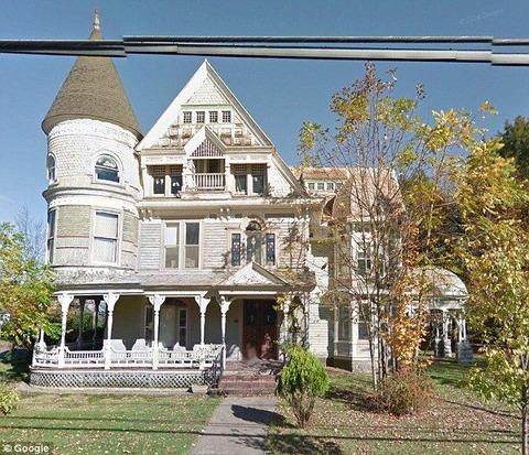 【エンタメ画像】【恐怖】アメリカの幽霊屋敷で心霊現象!?Googleストリートビューのヤバイものが写ってる…(画像あり)