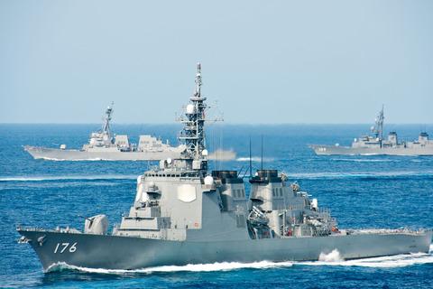 JS_Chōkai,_USS_Mustin_an012_d