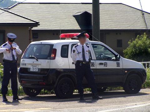 大阪府警警官とパトロールカーPA060693