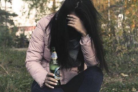 female-alcoholism-2847441_640