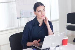 忘年会の社内メールを打つ女性