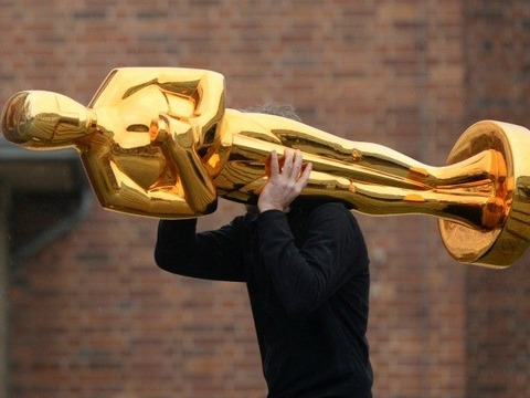 worker-carrying-oscars-statue-Getty-640x480
