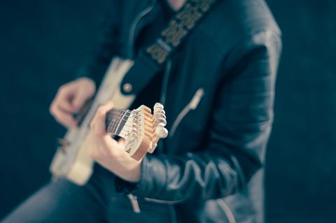 guitarist-768532__340