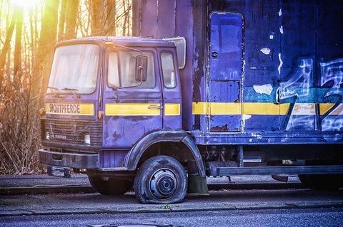 【衝撃】中国で豚肉10トンを運んでいたトラックが横転した結果wwwwwwww(画像あり)
