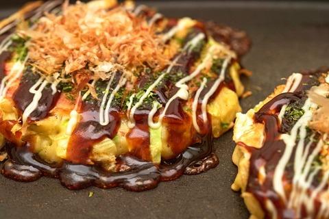 【愕然】関西人三大激怒行為「お好み焼きを放射状にカットする」「お好み焼きを箸で食う」→