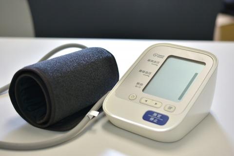 【狂気】救急隊員さん(29)、同僚の首に血圧計を巻き加圧→ 結果…