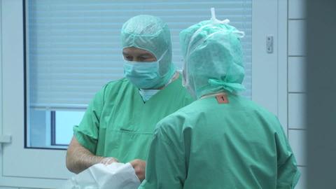 680844682-手術チーム-マスク-オペ-外科