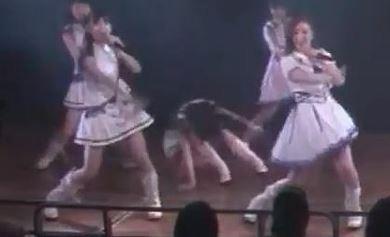 【放送事故】AKB48大川莉央(15)がライブ中に突然倒れ搬送される動画がヤバイ