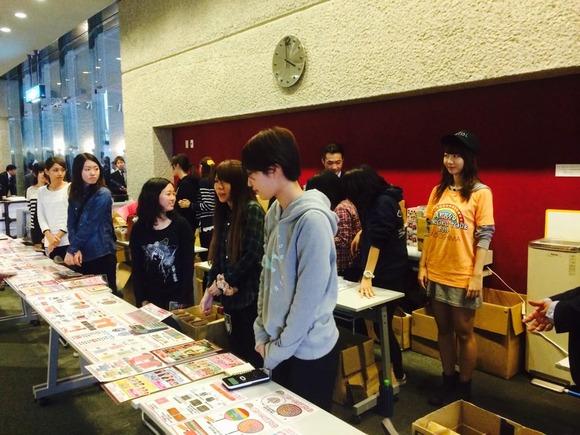 ライブ前に物販に紛れ込む柏木由紀さんがシュールwww