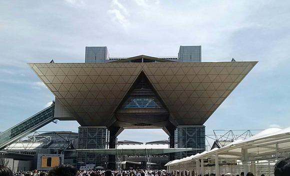 AKB48田名部生来、朝と夜のリハの合間にコミケに参戦