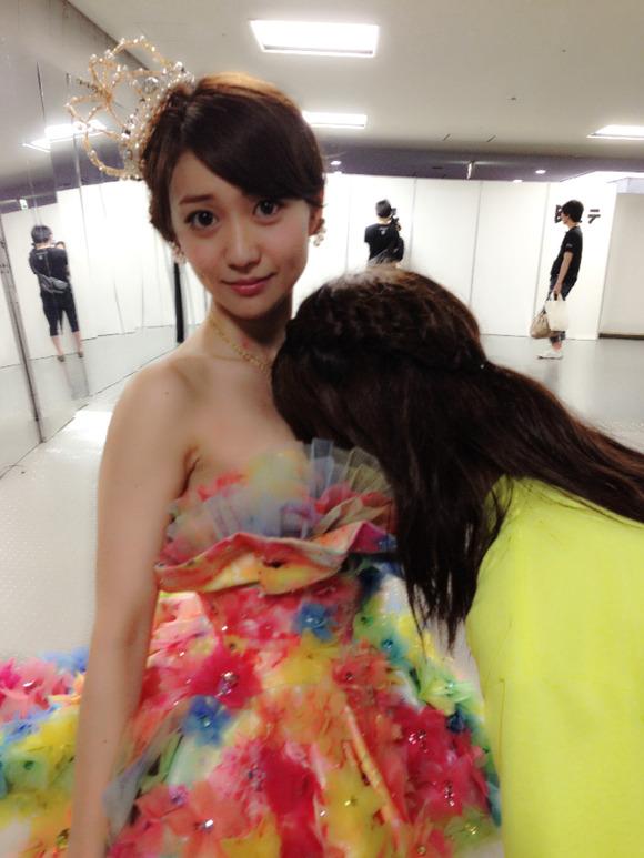 大島優子の胸に顔を埋める中西智代梨 「最高にいい香りがした♥♥♥ 」