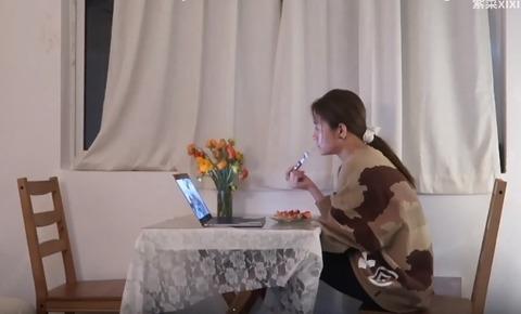 パジャマ姿の朝食アイドル