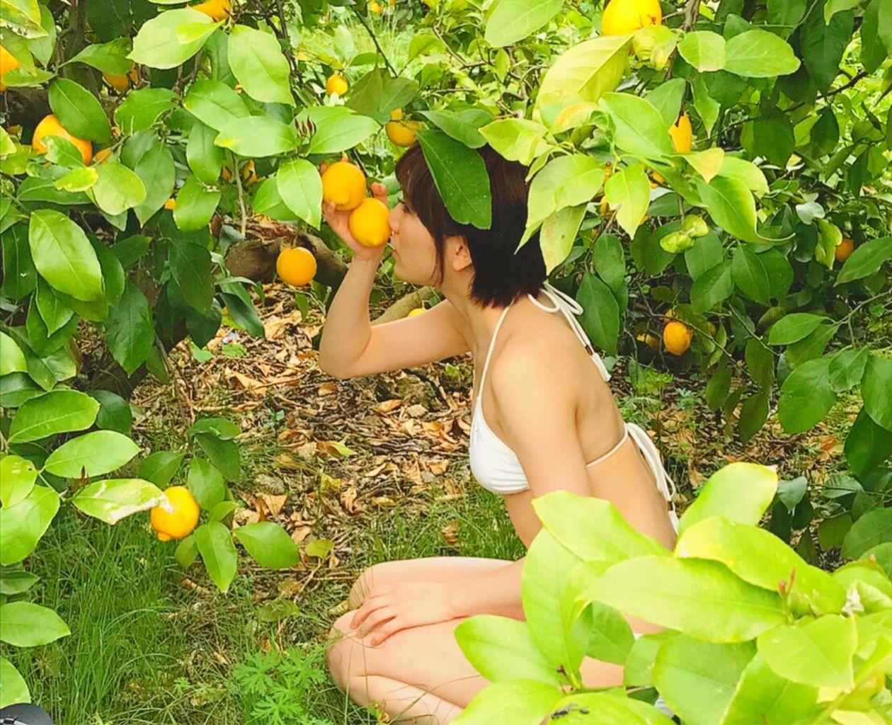 フルーツに囲まれる岡田奈々